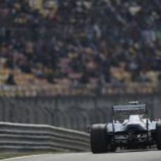 Pastor Maldonado vuelve a boxes al caer en Q2