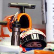 Paul di Resta concentrado en el cockpit de su VJM06