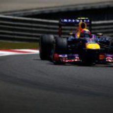 Mark Webber afronta una de las reviradas curvas del circuito de Shanghái