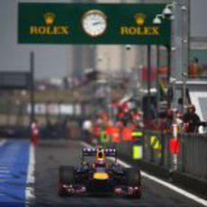 Mark Webber pasa con su RB9 por la calle de boxes
