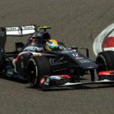 Esteban Gutiérrez afronta una de las curvas del circuito de Shanghái
