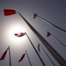 Banderas de Baréin y a cuadros en el cielo bareiní
