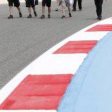 Romain Grosjean inspeccionado la pista