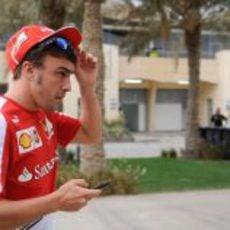 Fernando Alonso llega al paddock