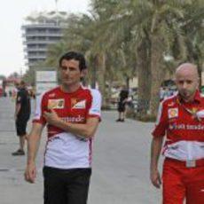 Pedro De la Rosa camina junto a Simone Resta