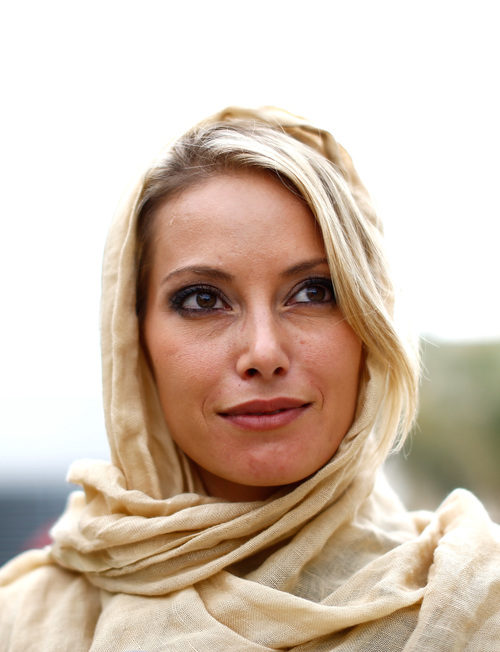 Sarah Winhaus, reportera de Sky Italia, con velo