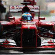Fernando Alonso en el pitlane de Sakhir