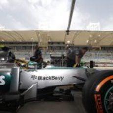 Lewis Hamilton ensaya una parada en boxes en Baréin