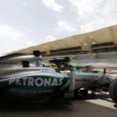 Nico Rosberg sale de boxes en Sakhir durante los libres