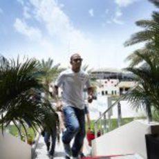 Lewis Hamilton en el paddock del circuito de Sakhir, en Baréin