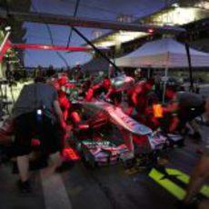 Mercedes practica pit-stops durante la noche en Baréin