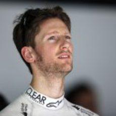 Romain Grosjean observa los tiempos en el garaje de Lotus