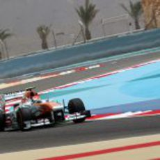 Adrian Sutil pelea con el VJM06 en el sector intermedio