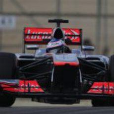 Jenson Button maneja su MP4-28 en el trazado de Sakhir