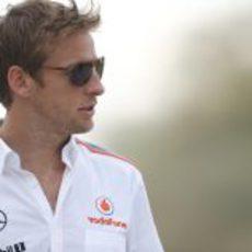 Jenson Button y sus gafas de sol para ver con claridad todo en el 'paddock'