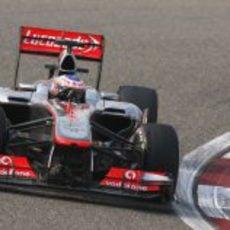 Jenson Button exprime su MP4-28 en el trazado de Sakhir