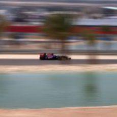 Daniel Ricciardo rueda junto al paradisíaco paisaje de Baréin