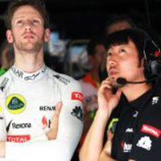 Romain Grosjean observa la actividad en pista