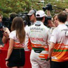 Los chicos de Force India hablando a la prensa