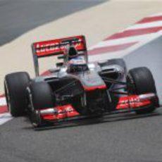 Jenson Button apurando al máximo en Baréin