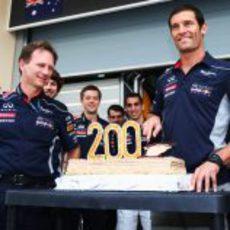 Mark Webber cortando la tarta de la celebración