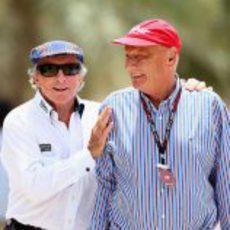 Jackie Stewart y Niki Lauda en el paddock de Baréin