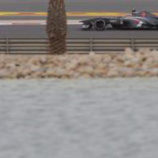 Esteban Gutiérrez lidia con su C32 durante el GP de Baréin 2013