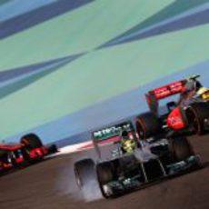 Nico Rosberg se defiende de los McLaren