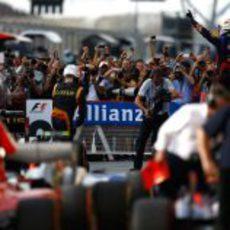 Sebastian Vettel celebra, Fernando Alonso lamenta