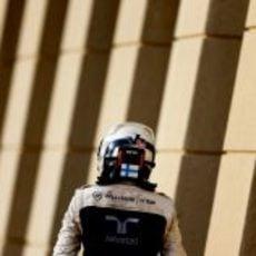 Valtteri Bottas camina hacia su box