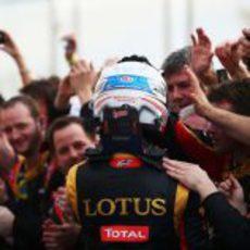 Romain Grosjean se abraza con su equipo