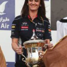 Gill Jones alza el trofeo de constructores