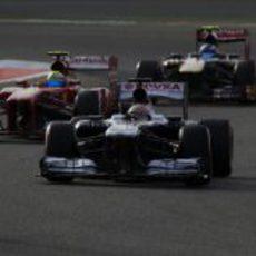 Pastor Maldonado por delante de Felipe Massa