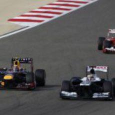Pastor Maldonado se defiende de Mark Webber
