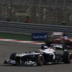 Pastor Maldonado por delante del F138 de Alonso