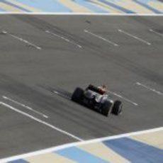 Romain Grosjean progresa en carrera en la recta de atrás de Baréin