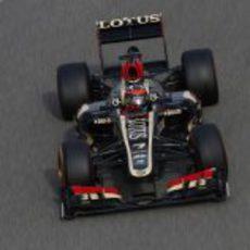 Kimi Räikkönen rueda con su E21 en el trazado de Sakhir