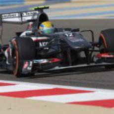 Esteban Gutiérrez intenta remontar posiciones durante el GP de Baréin 2013