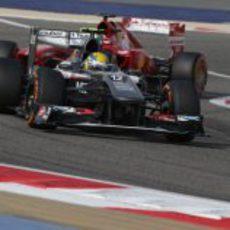 Esteban Gutiérrez por delante de Alonso durante el GP de Baréin 2013