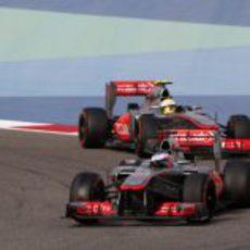 Jenson Button, por delante de Sergio Pérez en Baréin