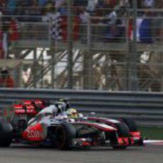 Jenson Button y Sergio Pérez, a punto de tocarse en Baréin