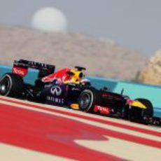Sebastian Vettel rueda en los Libres 2 del GP de Baréin 2013
