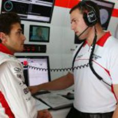 Jules Bianchi habla con uno de sus ingenieros