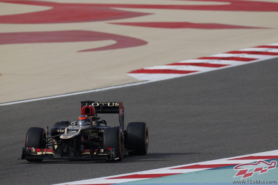 Kimi Räikkönen afronta una recta en Sakhir