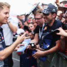Sebastian Vettel rodeado por sus aficionados