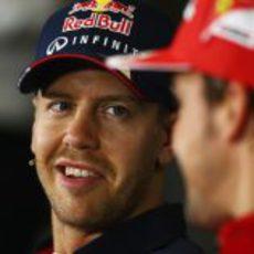 Sebastian Vettel sonríe en sala de prensa