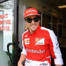 Fernando Alonso sonríe saliendo de las instalaciones de la FIA