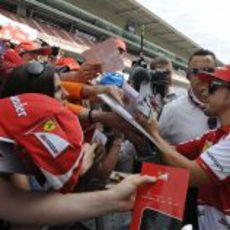 Fernando Alonso firmando a todos sus seguidores