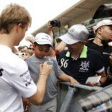 Nico Rosberg firmando autógrafos