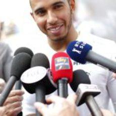 Lewis Hamilton atiende a la prensa